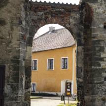 Pohled na klášter skrze vchod do chrámu