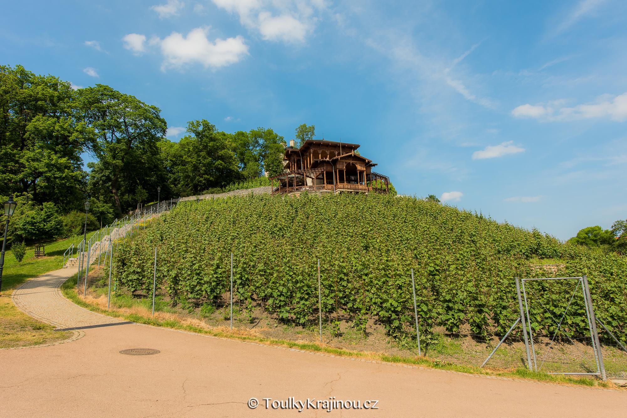 Dřevěný altán nad vinicí v Havlíčkových sadech.