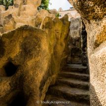 Skály nad jeskyní Grotta.